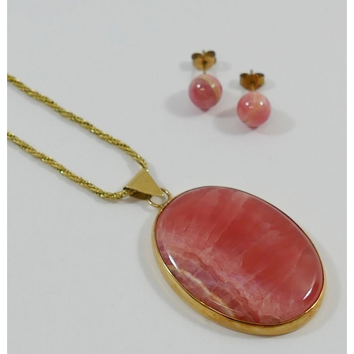 206 - A 9 carat gold rhodochrosite oval pendant and chain, the oval pendant 4cm x 3cm, London 1977, the ro...