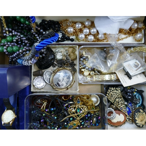 210A - Assorted Victorian and later jewellery, costume jewellery and watches, comprised of modern amber ite...