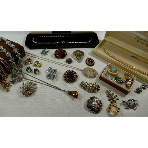317 - A small quantity of costume jewellery including a small 19th century Continental oval brooch stamped...