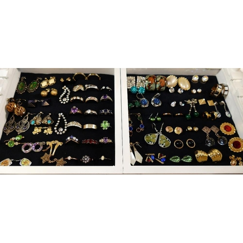 342 - A large quantity of 20th century assorted costume jewellery including earrings, bracelets, necklaces...