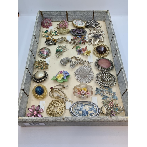 20 - 32 vintage brooches. Inc jewelled examples.