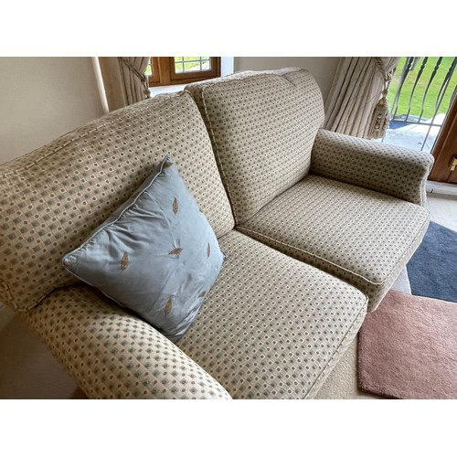 471 - A lovely quality 2 seater couch in shades of cream and brown in super condition.