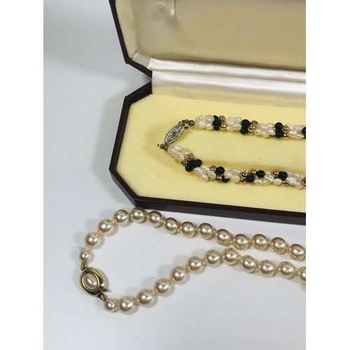 40 - 2 pearl necklaces with clasps, vintage inspired. In Chinese silk box.