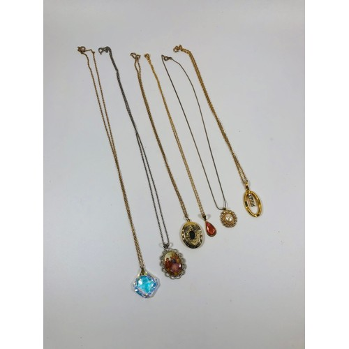 11 - Lot of 6 vintage and retro pendants with chains...