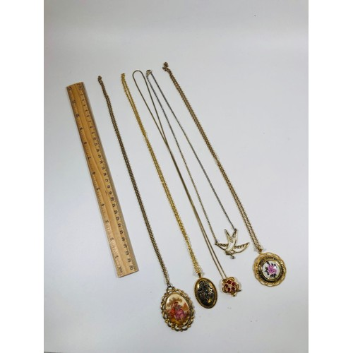 46 - Lot of modern and retro pendant necklaces.