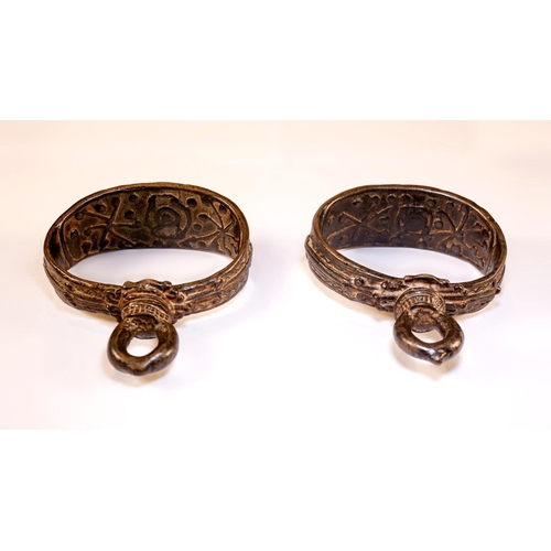 16 - PAIR OF HORSE STIRRUP - BURMA - LATE 19th CENTURY Pair of horse stirrup embossed metal. Burma. Late ...