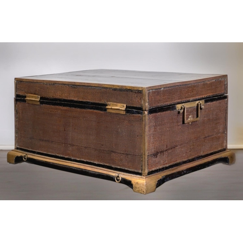 29 - CHINESE TRUNK - SHANXI PROVINCE - 17th-18th CENTURY Exceptional Chinese trunk - elm wood black lacqu...