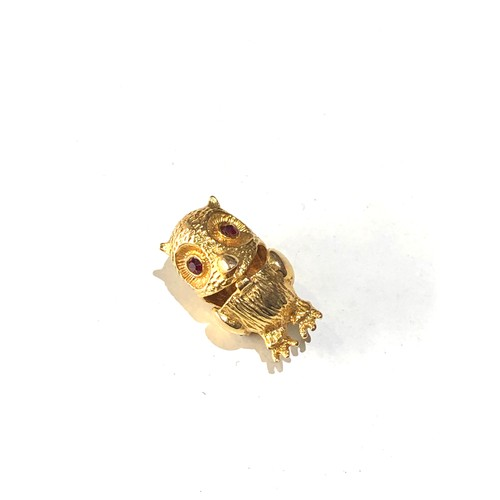 48 - Vintage 9ct gold opening gold owl charm jewelled eyes weight 3g...
