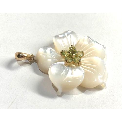 144 - 9ct gold mop & peridot flower pendant measures approx 3.7cm drop 3cm wide