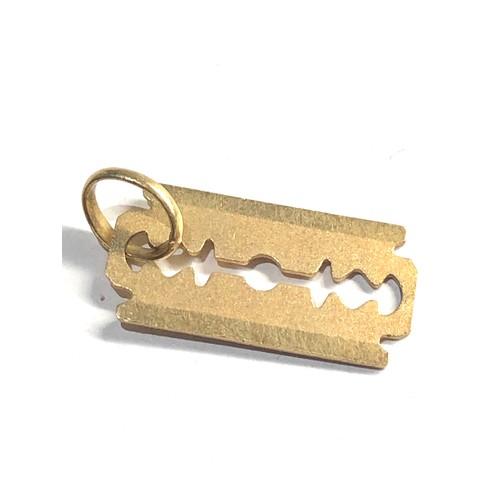 483 - 18ct gold razer blade pendant / charm