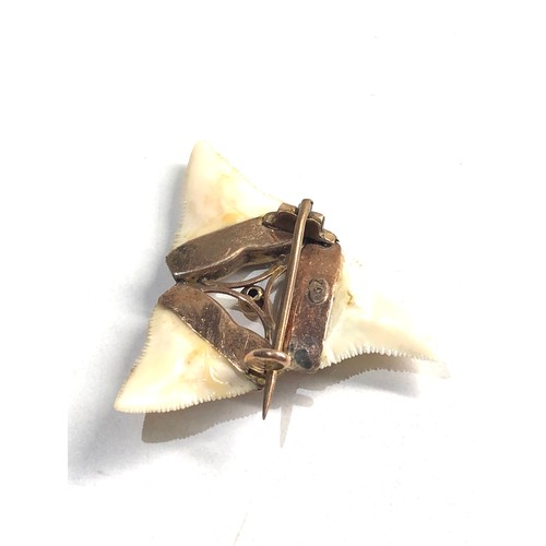 370 - 9ct Gold ornate detail shark tooth brooch