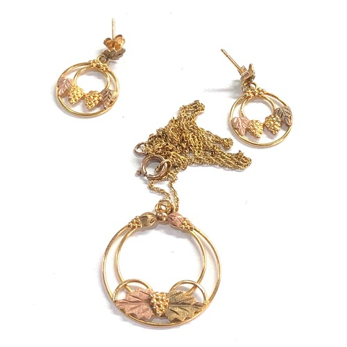 450 - 9ct gold two-tone grape motif necklace & earring set 4.3g