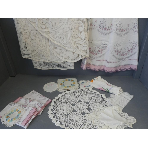 20 - Qty of linen to include tablecloths...