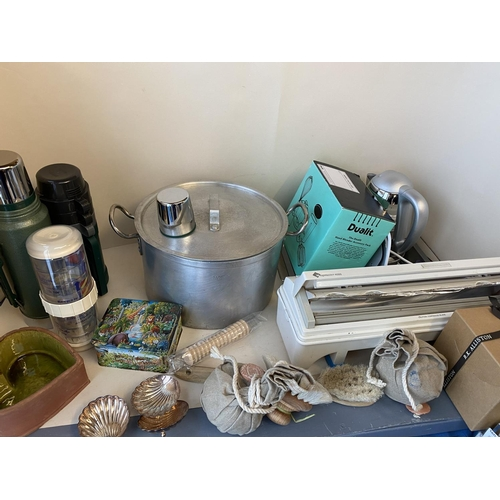 14 - Qty of general household clearance items to include vacuum flask, jam pan, hotplate, fan, bath items...
