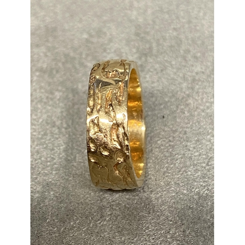 25 - 14ct gold wedding band with textured bark effect decoration, 8 grams, size M