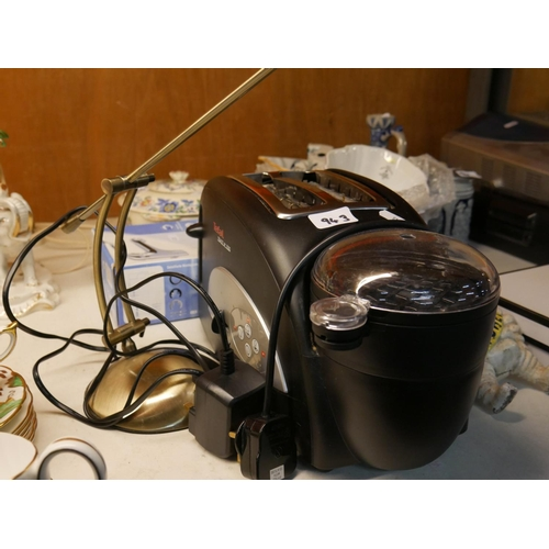 943 - TOASTER, COFFEE MAKER & TABLE LAMP...
