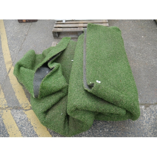 33 - LOT OF ARTIFICIAL GRASS...
