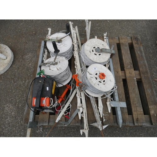 37 - LOT OF ELECTRIC FENCING EQUIPMENT...