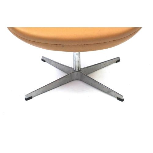 2045 - Arne Jacobsen design swan chair, 77cm high