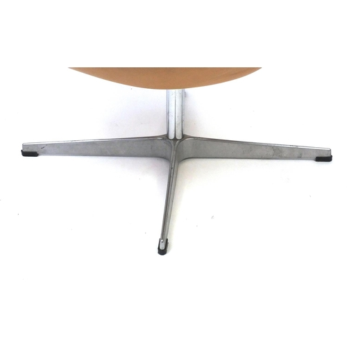 2043 - Arne Jacobsen design swan chair, 77cm high