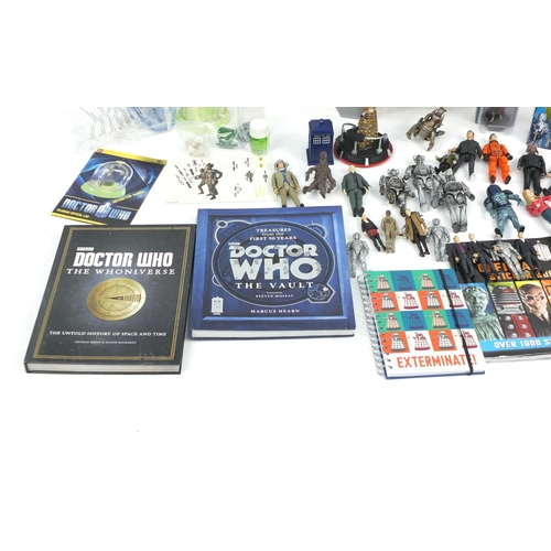 526 - Doctor Who toys including figures and Silurian crystal lamp...
