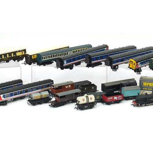 176 - OO and HO gauge model railway including Bachmann Branch-Line Southern locomotive with tender, Wrenn ...
