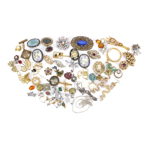 3043 - Vintage and later costume jewellery brooches and pendants, some set with colourful stones...