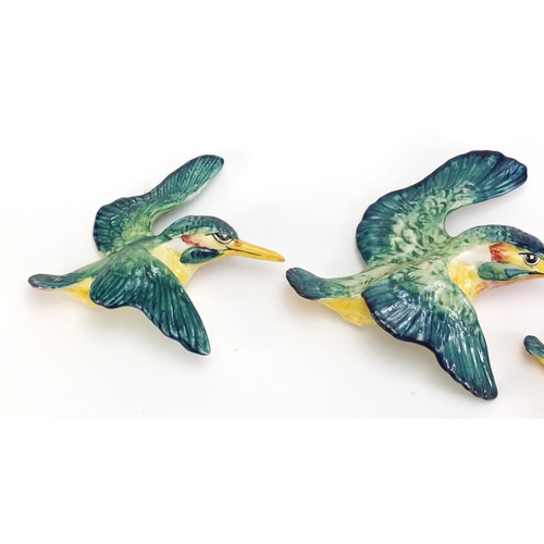 188 - Graduated set of three Beswick kingfisher wall plaques, the largest 19.5 cm wide...
