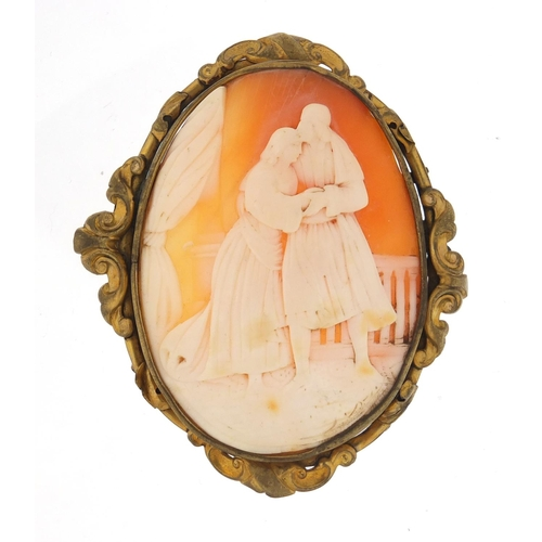 Large cameo brooch with gilt metal mount depicting an embracing couple, 7.5cm high, 31.2g