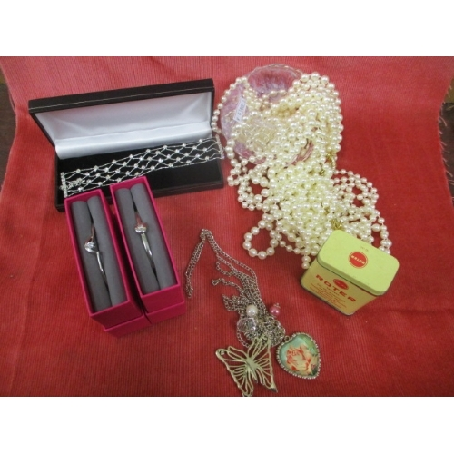 45 - SELECTION OF COSTUME JEWELLERY INCLUDING SIMULATED PEARLS...