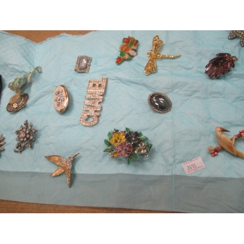 47 - COLLECTION OF 17 VINTAGE BROOCHES...