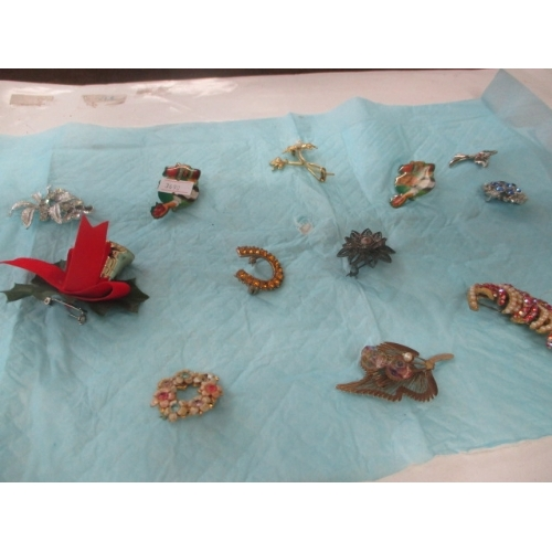 58A - COLLECTION OF 13 BROOCHES...