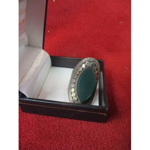 42 - VINTAGE HEAVY SILVER RING WITH GREEN STONE, SIZE K/L...