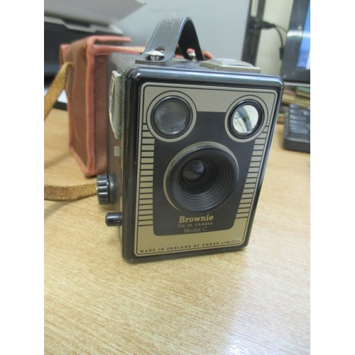 30C - EARLY BOX BROWNIE, MODEL C, CAMERA IN CASE, LOOKS ALMOST NEW, MADE BY KODAK...