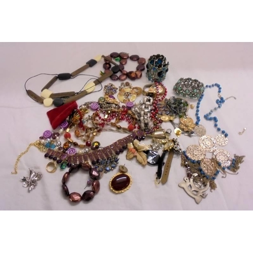 421 - Costume Jewellery incl. bracelets, necklaces, pendants, rings, watches, earrings etc....
