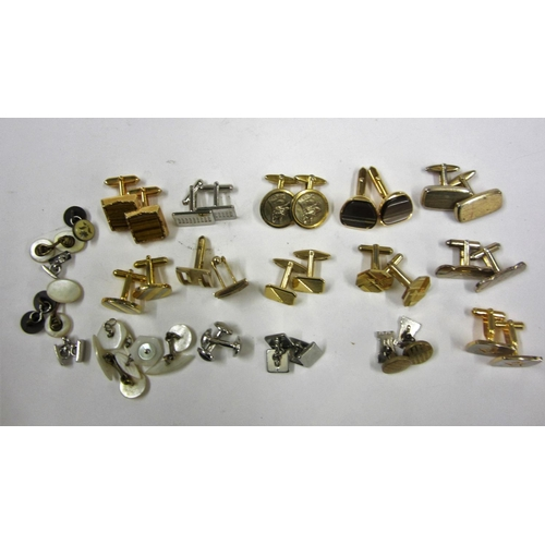 447 - 19 Pairs of Cufflinks incl. set Alsatian/German Shepherd, floral, oval, Masons symbol, etc....