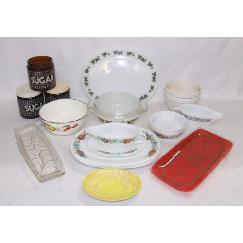 923 - Decorative Pyrex Retro Dinner Ware incl. gravy boat, plates, bowls, pudding basins, etc. (1 Box)...
