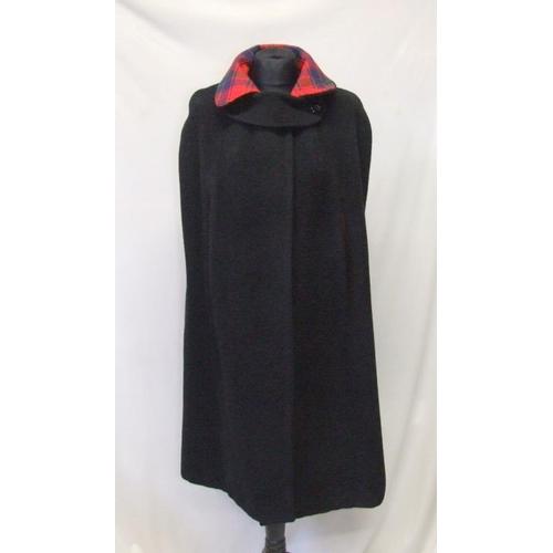 1161 - Ladies Vintage Reversible Black Wool/Tartan Cape...