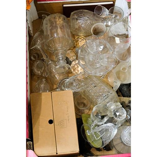 10 - A quantity of miscellaneous glassware: (a lot)