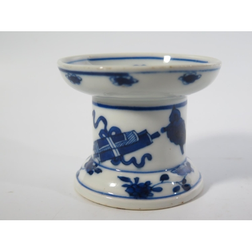 537 - An Eighteenth Century Chinese Blue and White Porcelain Sander, 6.5cm tall, c. 1700...