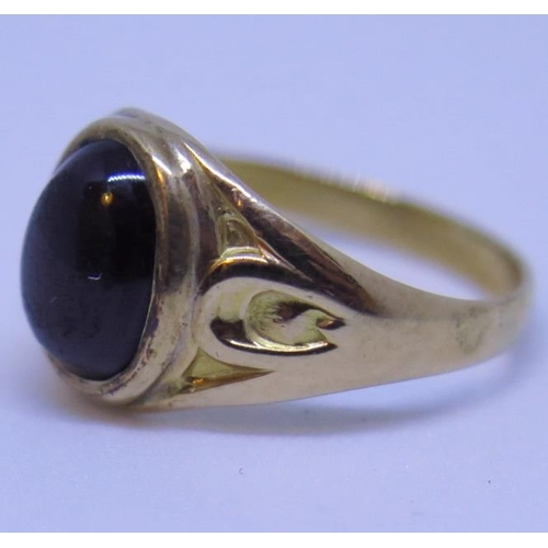 6 - A 1911 Gold and Cabochon Garnet Ring, dated and stamped 10 (10ct?), size L.5, 3g...