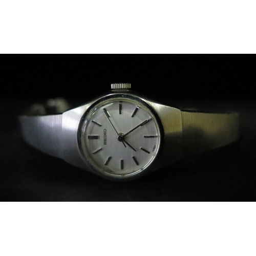 380 - A Ladies SEIKO Manual Wristwatch with 17 jewel movement, running...