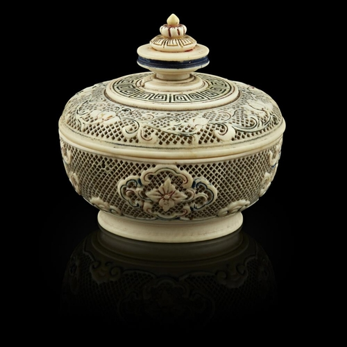 32 - FINELY CARVED AND RETICULATED IVORY BOX AND COVER<br><br>QING DYNASTY, 19TH CENTURY <br><br>the side...