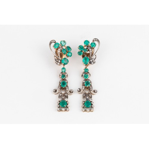 500 - A PAIR OF EMERALD AND DIAMOND PENDANT EARRINGS, EARLY 20TH CENTURY