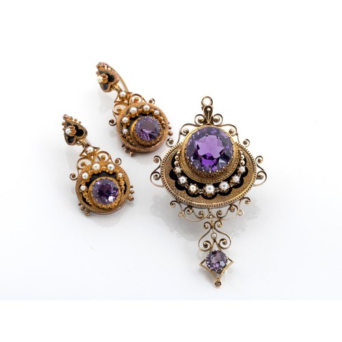 571 - A VICTORIAN AMETHYST, PEARL AND ENAMEL BROOCH/PENDANT AND MATCHING PENDANT EARRINGS