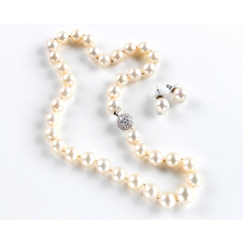 593 - A PEARL NECKLACE