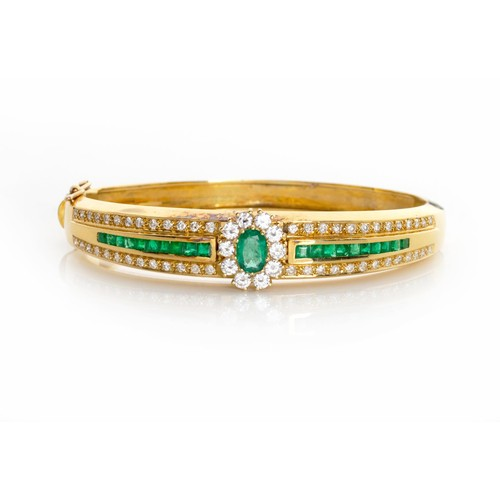 607 - AN EMERALD AND DIAMOND HINGED BANGLE