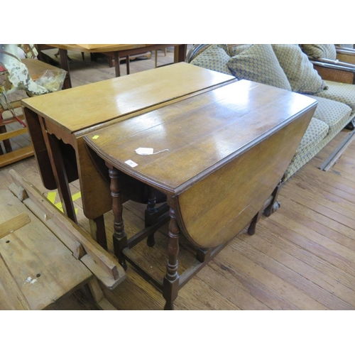 31 - An oak gateleg table, the oval top on turned and block legs, joined by stretchers, 106 cm wide...