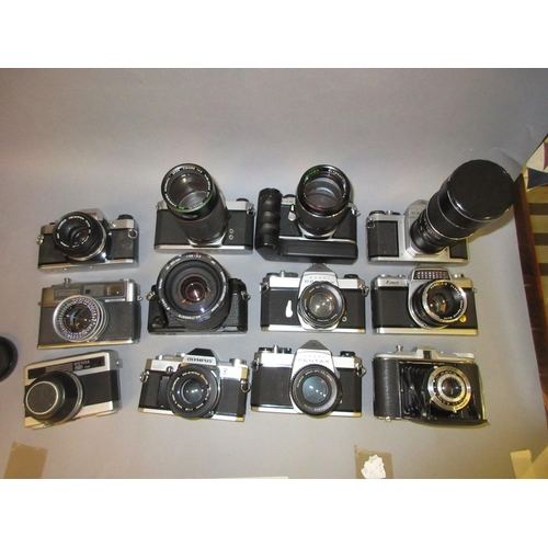 86 - Pentax F1 35mm camera with 28-200 lens, a Pentax ME Super with zoom lens together with ten other var...