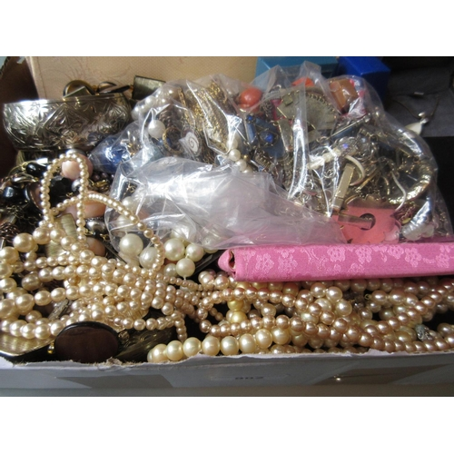 902 - Quantity of various costume jewellery...